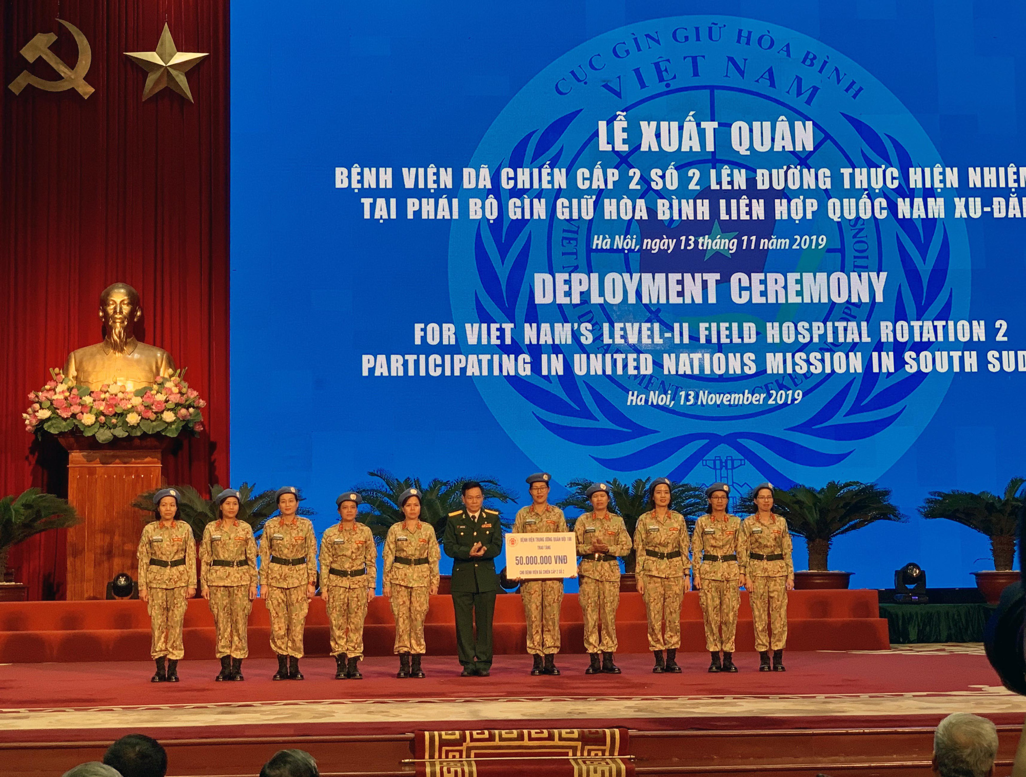 Staff members of Vietnam's level-two field hospital rotation 2 receive a monetary gift from a Ministry of National Defense agency during a deployment ceremony in Hanoi, November 13, 2019. Photo: Duc Binh / Tuoi Tre