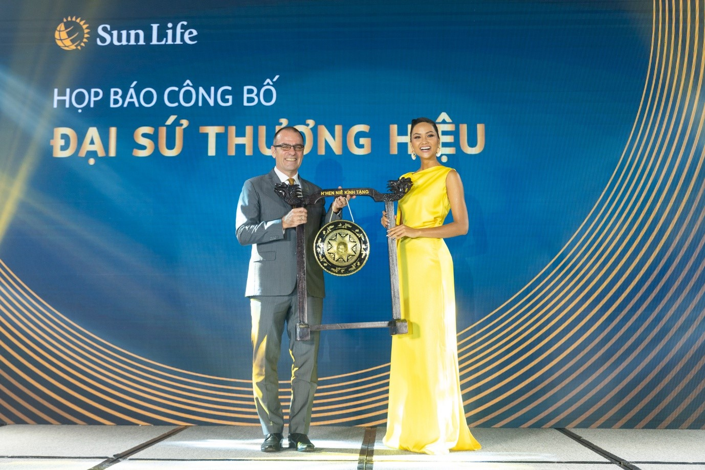 'H'Hen Nie inspires us with her lifestyle': Sun Life Vietnam CEO