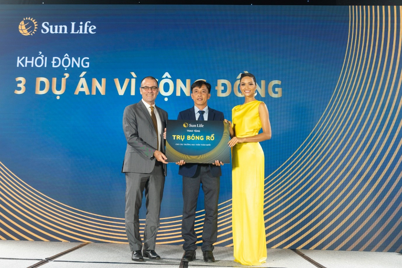 Sun Life Vietnam General Director Larry Madge (L) and Miss Universe Vietnam 2017 H'Hen Nie (R) at the launch of Sun Life Vietnam's three community programs in Ho Chi Minh City. Photo: Sun Life Vietnam