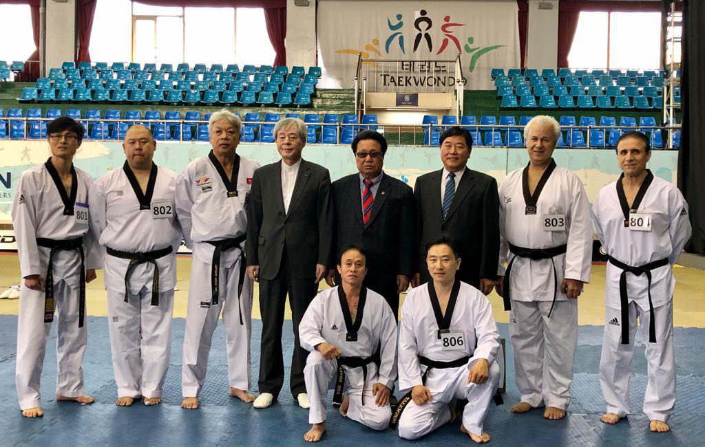 Vietnamese taekwondo masters Truong Ngoc De (second row, third left) and Nguyen Thanh Huy (first row, left) pose for a group photo with other candidates during a 'dan' promotion test in Seoul, South Korea on November 11, 2019. Photo: Thanh Huy / Tuoi Tre