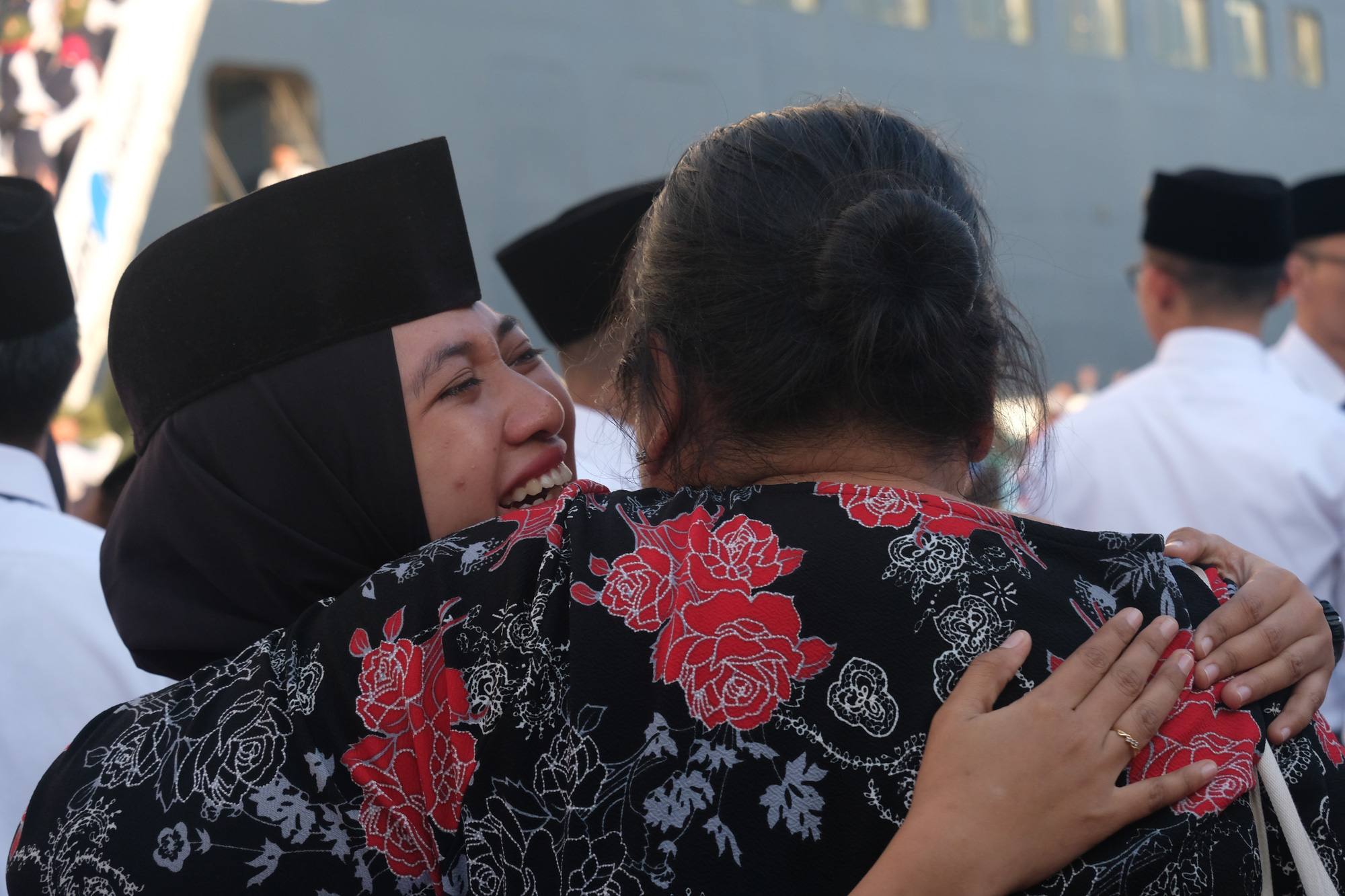 An Indonesian SSEAYP 2019 delegate sheds tears as she bids goodbye to her host family at the program's farewell ceremony in Ho Chi Minh City on November 13, 2019. Photo: Vu Thuy / Tuoi Tre