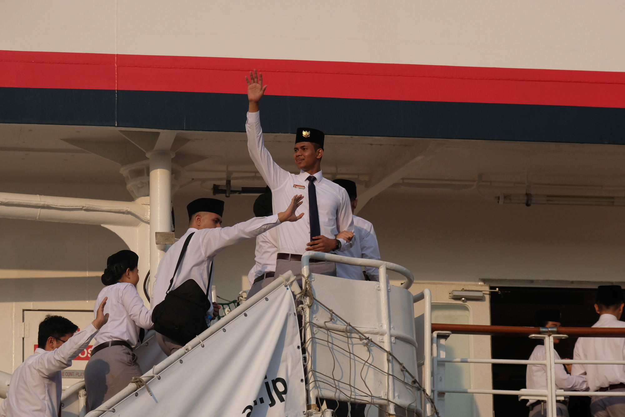 SSEAYP 2019 ambassadors wave as they embark the Nippon Maru ship after the program's farewell ceremony in Ho Chi Minh City on November 13, 2019. Photo: Vu Thuy / Tuoi Tre