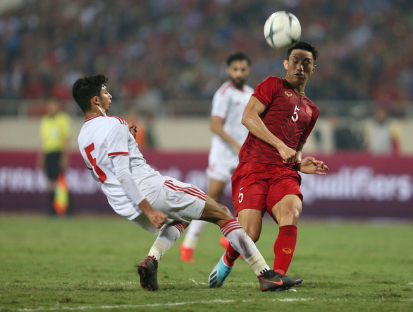 Doan Van Hau (red) vies for possession in Vietnam's FIFA World Cup qualifier against the UAE at My Dinh National Stadium in Hanoi, November 14, 2019. Photo: Tuoi Tre