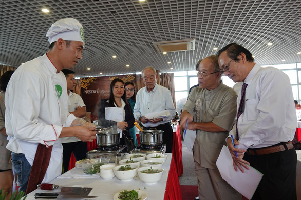 A contestant competes at the qualification round of a cooking contest searching for the best pho chefs in Vietnam held in Hanoi, November 16, 2019. Photo: Ngoc Quang / Tuoi Tre