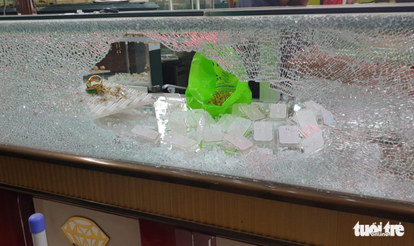 A glass showcase is smashed at the scene of a robbery at a jewelry store in Hoc Mon District, Ho Chi Minh City, November 15, 2019. Photo: Minh Hoa / Tuoi Tre