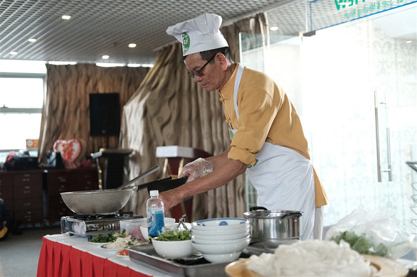 A contestant competes at the qualification round of a cooking contest searching for the best pho chefs in Vietnam held in Hanoi, November 16, 2019. Photo: Mai Thuong / Tuoi Tre