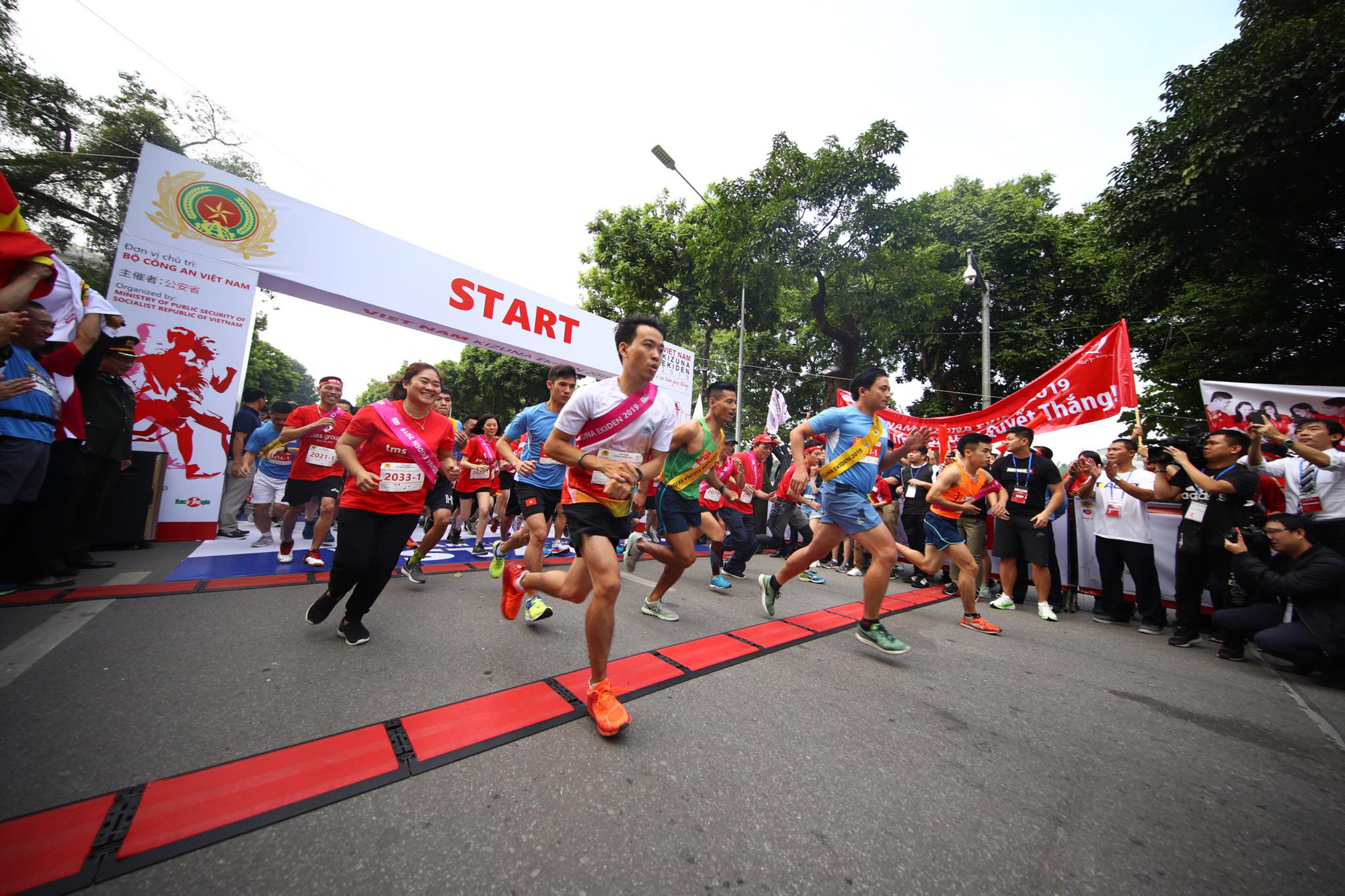 Relay marathon Vietnam Kizuna Ekiden 2019 kicks off in Hanoi