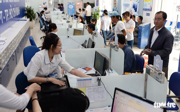 People use services at a mobile network provider's outlet in District 10, Ho Chi Minh City. Photo: Tu Trung / Tuoi Tre