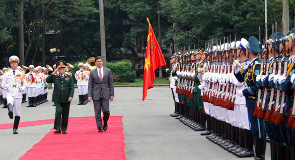 Defense chiefs of Vietnam, US meet in Hanoi