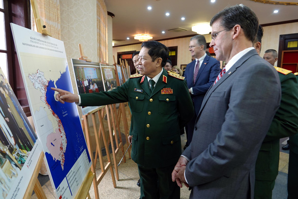 Vietnam's Minister of Defense General Ngo Xuan Lich (L) points to a map as he discussed dioxin contamination in Vietnam with U.S. Secretary of Defense Mark Esper in Hanoi, November 20, 2019. Photo: Viet Dung / Tuoi Tre