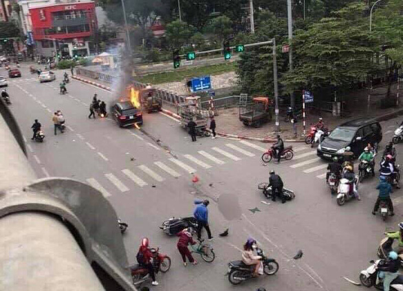 The Mercedes car and motorbike are burnt in the incident in Cau Giay District, Hanoi, Novembr 20, 2019. Photo: Tuoi Tre contributor