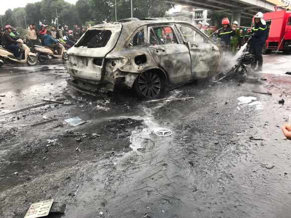 The Mercedes car and motorbike are burnt in the incident in Cau Giay District, Hanoi, Novembr 20, 2019. Photo: Van Thanh/ Tuoi Tre