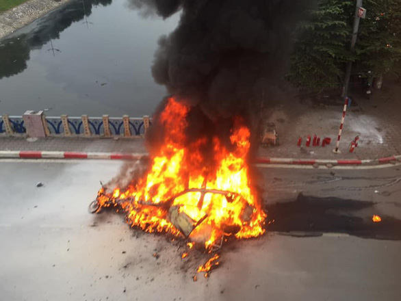 The Mercedes car and motorbike are burnt in the incident in Cau Giay District, Hanoi, Novembr 20, 2019. Photo: Quang Bach/ Tuoi Tre