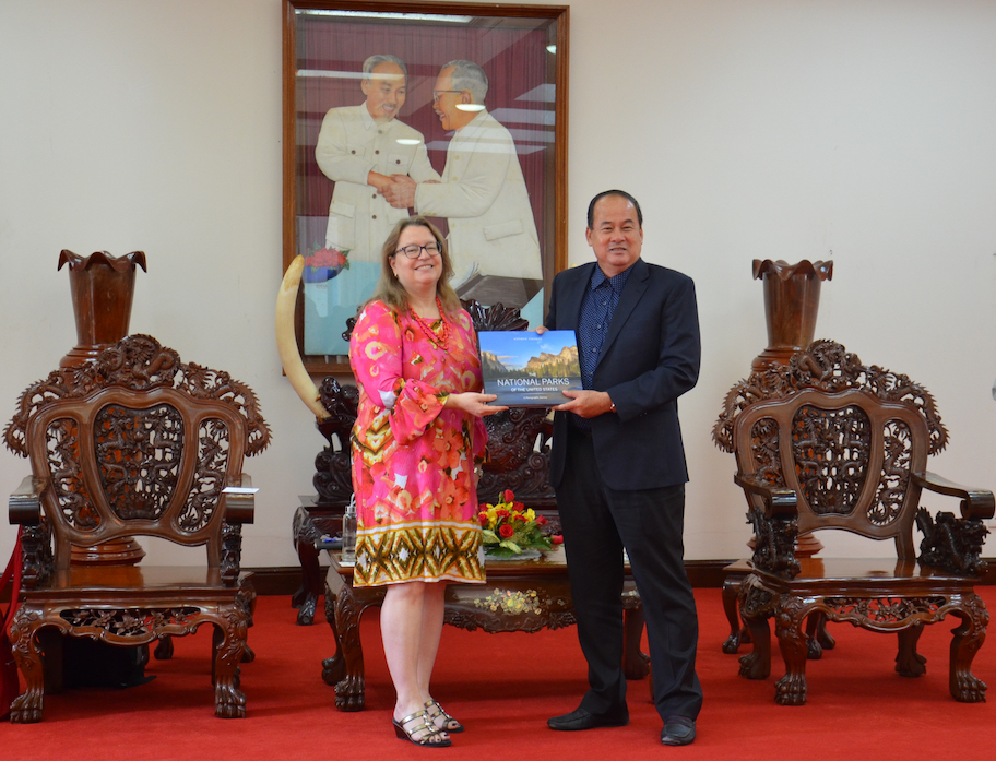 U.S. Consul General Marie Damour (L) exchanges gifts with An Giang Province Chairman Nguyen Thanh Binh during a visit on November 18, 2019. Photo: U.S. Consulate General in Ho Chi Minh City