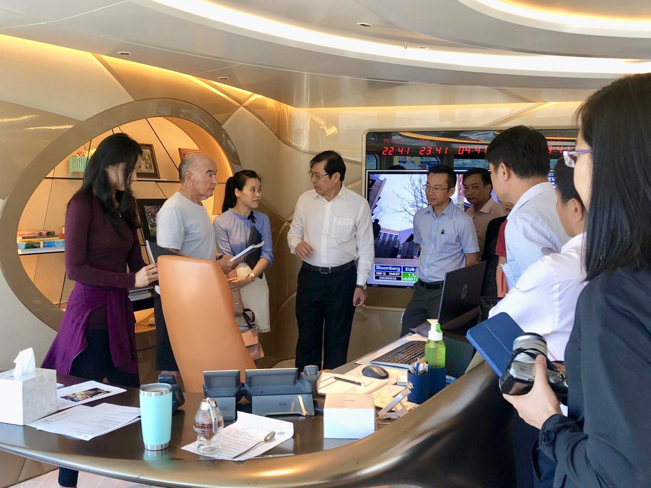 British businessman Joe Lewis receives Da Nang chairman Huynh Duc Tho on his superyacht Aviva during a stop in Da Nang, Vietnam in May 2019. Photo: SEPTIMIU