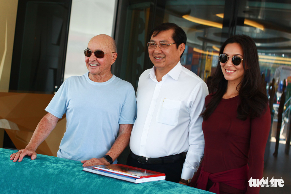 Joe Lewis (L) and Da Nang chairman Huynh Duc Tho (C) pose for a photo on board the superyatch Aviva during a visit in Da Nang, Vietnam in May 2019. Photo: Tan Luc / Tuoi Tre