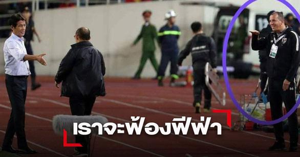 Thailand's goalkeeping coach Sasa Todic raises and lowers his hand while Vietnam's head coach Park Hang Seo approaches Thailand's head coach, Akira Nishino, for a handshake. Photo: SMM Sports