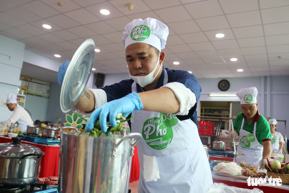 A contestant competes in the qualification round of a cooking contest searching for the best pho chefs in Vietnam held in Ho Chi Minh City, November 23, 2019. Photo: Quang Dinh / Tuoi Tre
