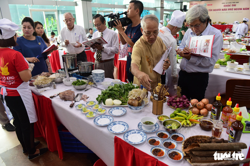 The judges question a contestant in the qualification round of a cooking contest searching for the best pho chefs in Vietnam held in Ho Chi Minh City, November 23, 2019. Photo: Quang Dinh / Tuoi Tre