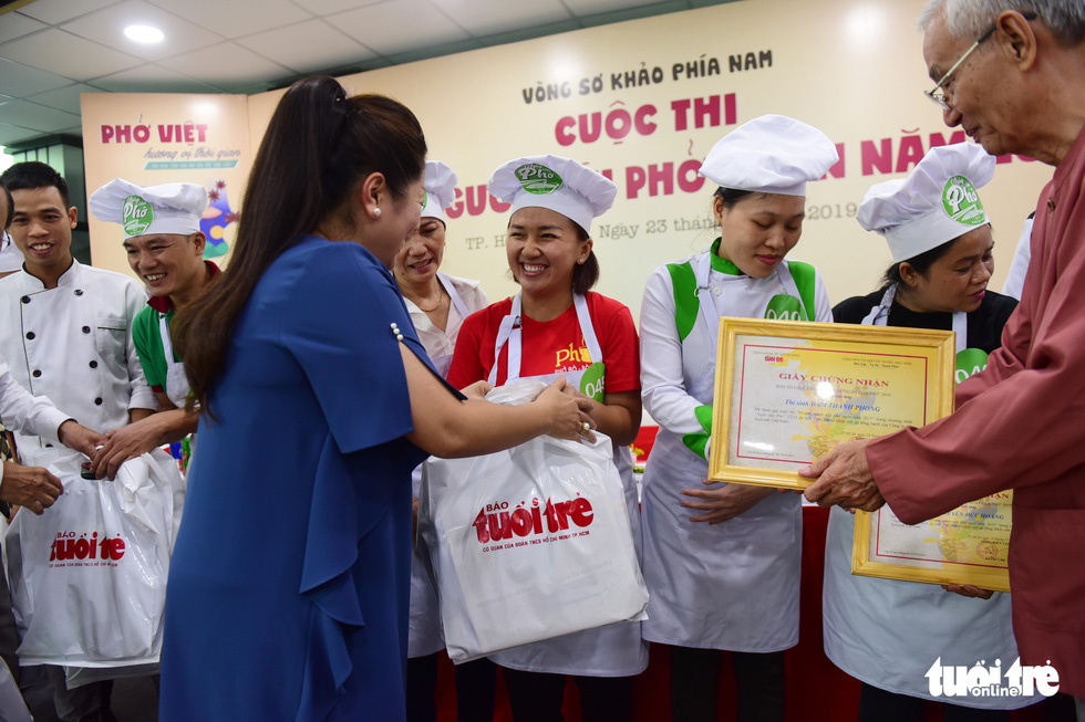 Judges present gifts to the seven finalists in the qualification round of a cooking contest searching for the best pho chefs in Vietnam held in Ho Chi Minh City, November 23, 2019. Photo: Quang Dinh / Tuoi Tre