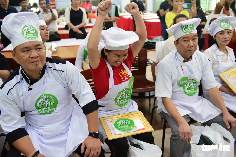 A contestant is named as one of the seven finalists in the qualification round of a cooking contest searching for the best pho chefs in Vietnam held in Ho Chi Minh City, November 23, 2019. Photo: Quang Dinh / Tuoi Tre