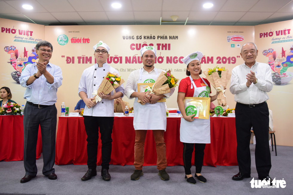 Judges present gifts to three of the seven finalists in the qualification round of a cooking contest searching for the best pho chefs in Vietnam held in Ho Chi Minh City, November 23, 2019. Photo: Quang Dinh / Tuoi Tre