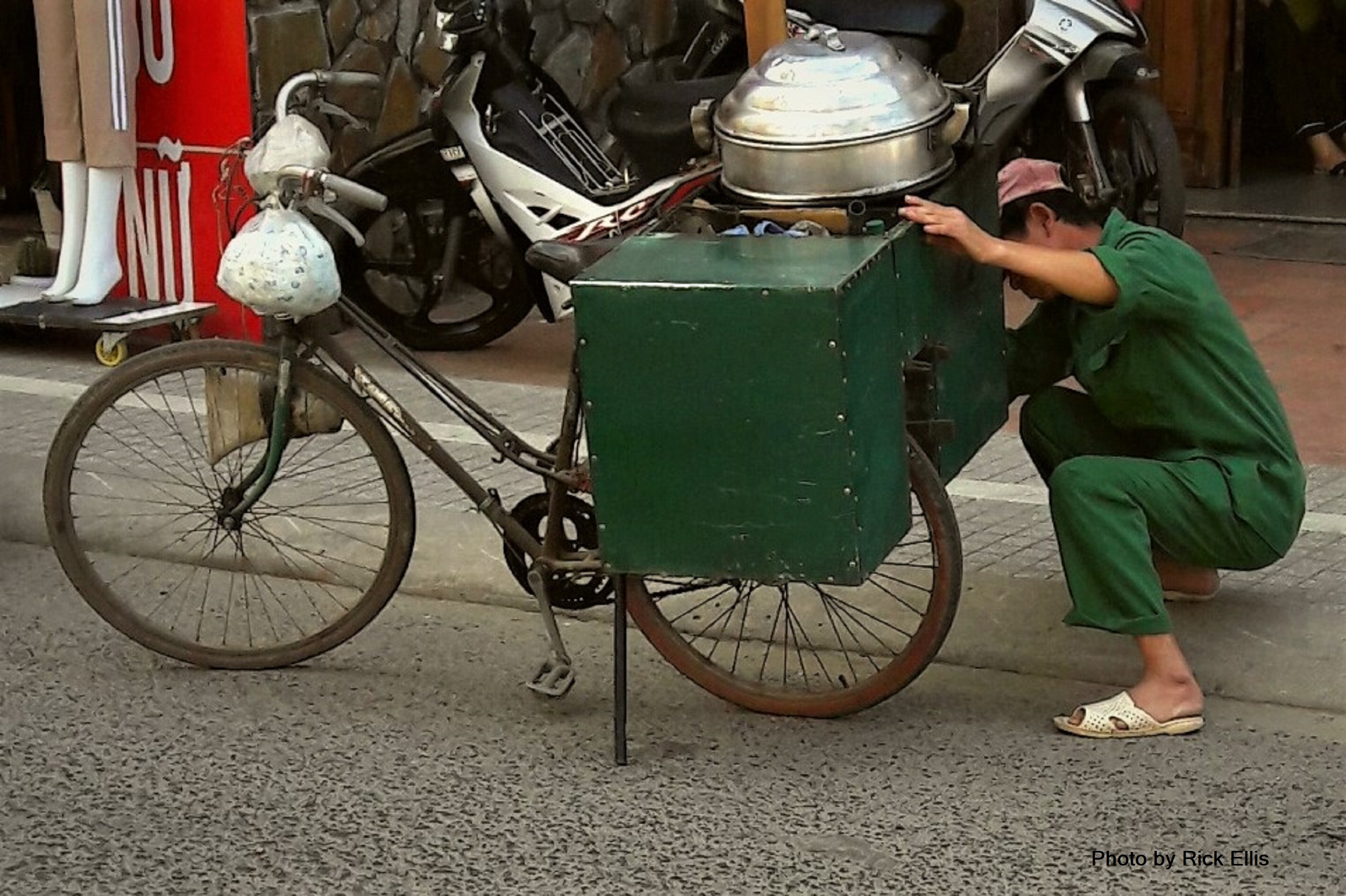 Bánh bao <em>man tuning up his rig</em>