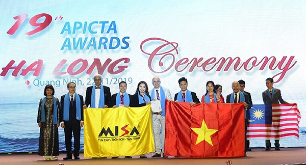 The Vietnamese delegation poses at the APICTA Awards 2019 in Ha Long, the northern province of Quang Ninh, November 22, 2019. Photo: APICTA Awards