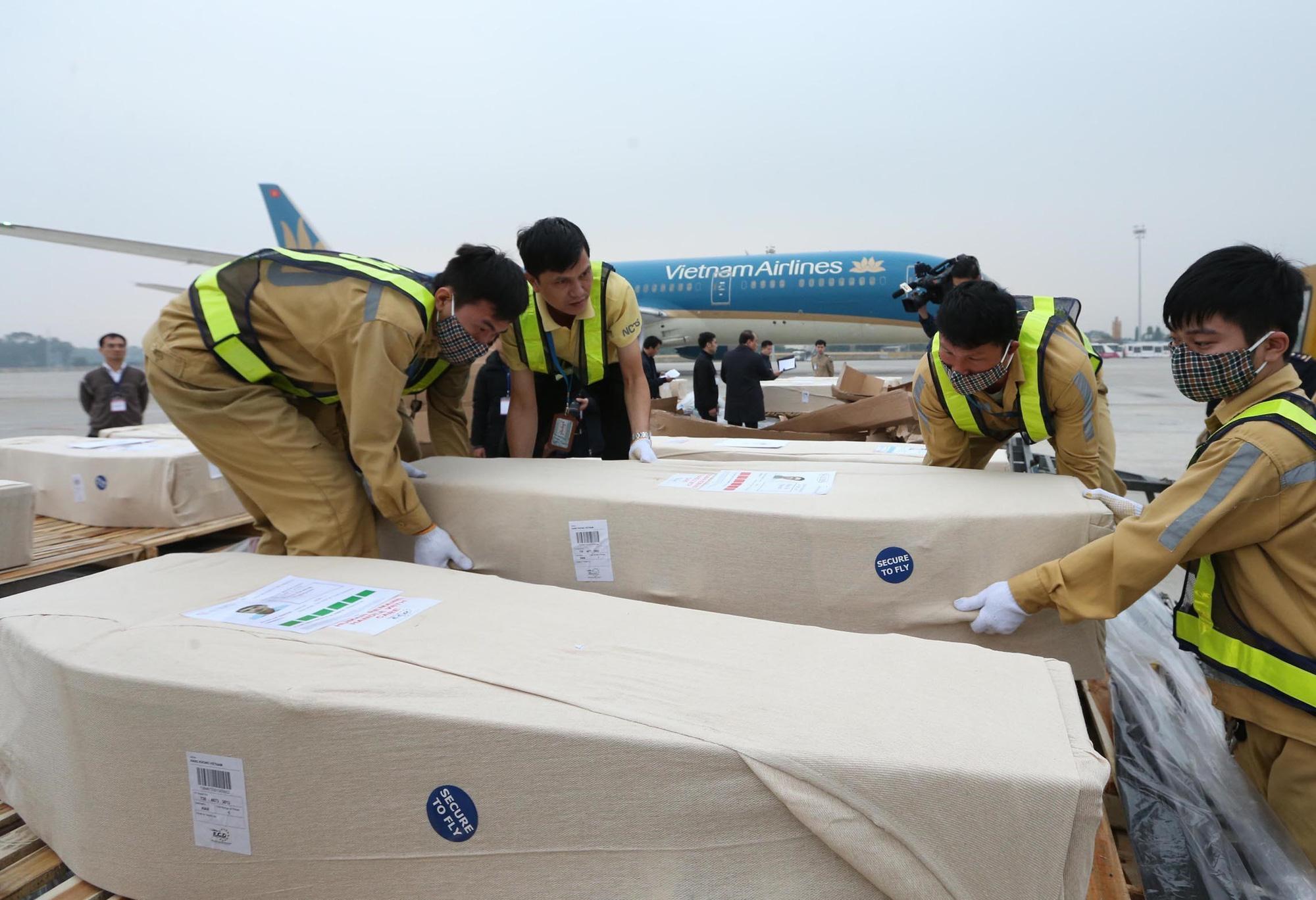 Bodies of 16 Essex truck victims arrive in Hanoi