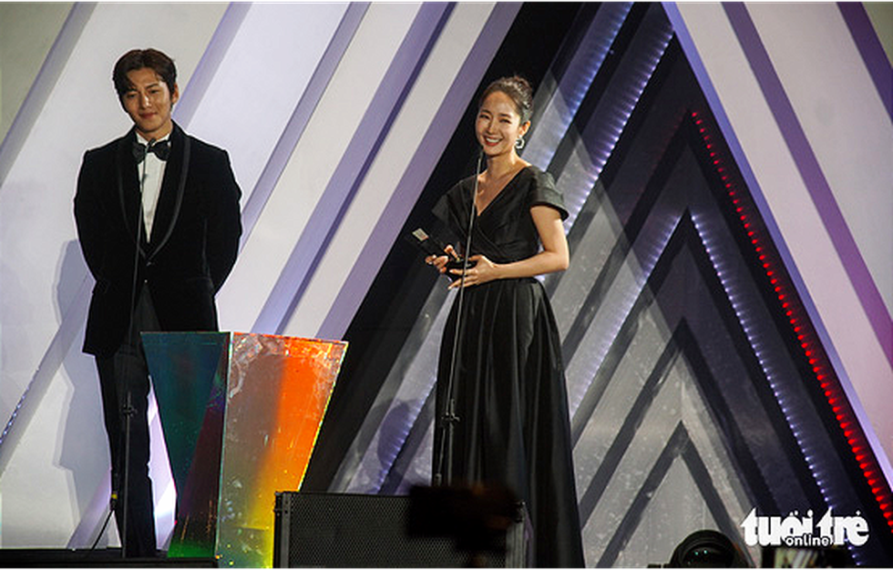 South Korean actor Ji Chang Wook (L) and actress Park Min Young win drama acting awards at the Asia Artist Awards 2019 in Hanoi, Vietnam. Photo: Nguyen Hien / Tuoi Tre