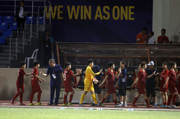 Vietnam's players shake hand with their coaching team's members after 1-1 draw against Thailand in the inaugural match of women's football at the 2019 Southeast Asian (SEA) Games in the Philippines, November 26. Photo: N. K / Tuoi Tre