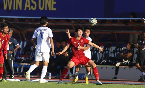 Vietnam and Laos' players vie for possession in their second game at the 2019 Southeast Asian (SEA) Games in the Philippines, November 28. Photo: Nguyen Khoi / Tuoi Tre
