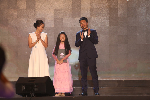 Mai Cat Vi receives the Award for Best Supporting Actress in Feature Film at the awards ceremony night of the Vietnam Film Festival 2019 in Ba Ria-Vung Tau, November 27. Photo: Gia Tien / Tuoi Tre
