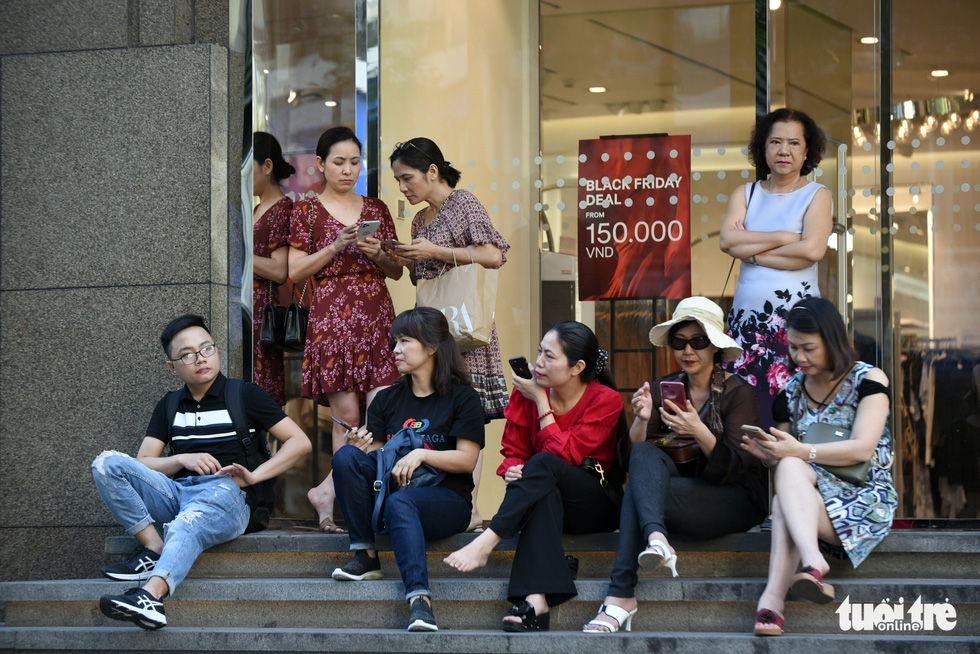 People wait outside Vincom Center in District 1, Ho Chi Minh City on November 29, 2019. Photo: Duyen Phan / Tuoi Tre
