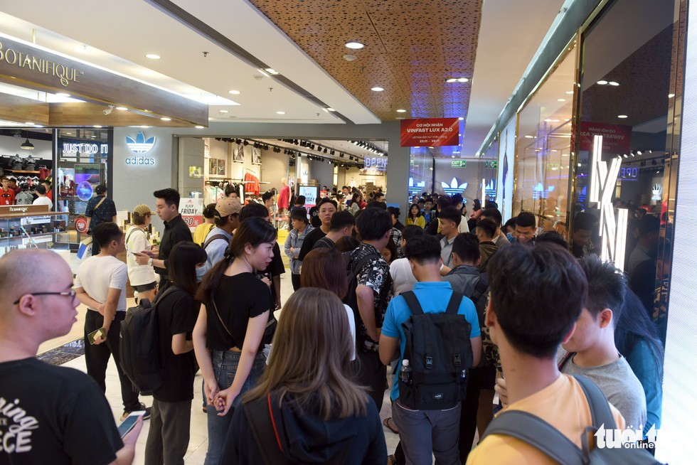 People crowd outside a store at Vincom Center in District 1, Ho Chi Minh City on November 29, 2019. Photo: Duyen Phan / Tuoi Tre