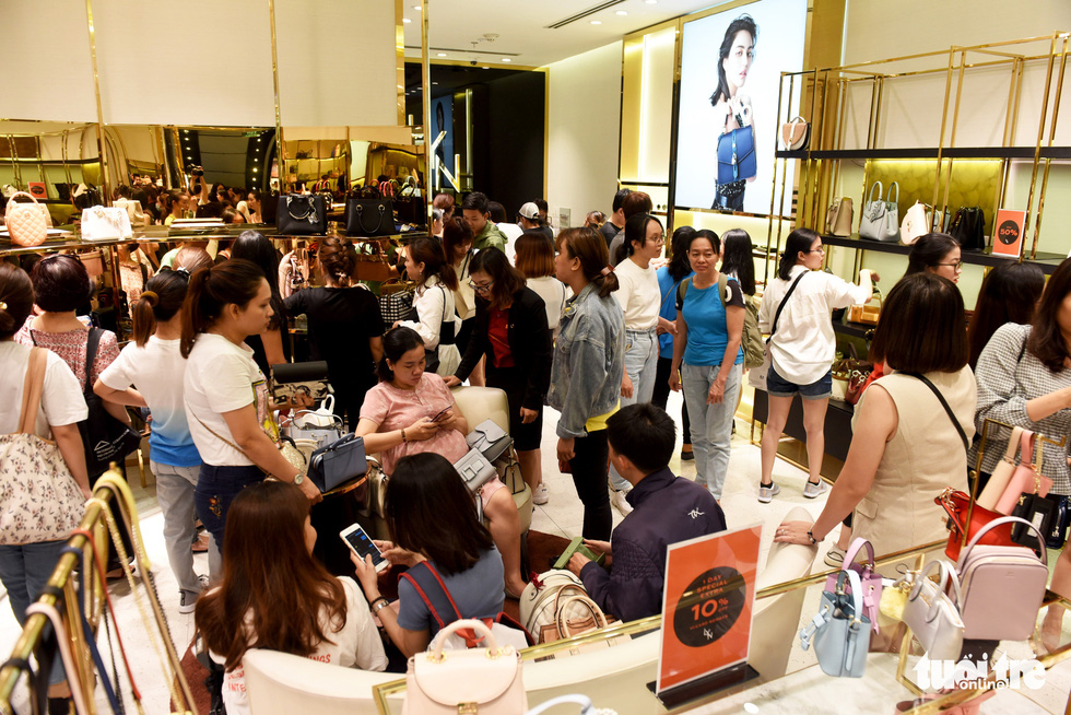 People crowd a store inside Vincom Center in District 1, Ho Chi Minh City on November 29, 2019. Photo: Duyen Phan / Tuoi Tre