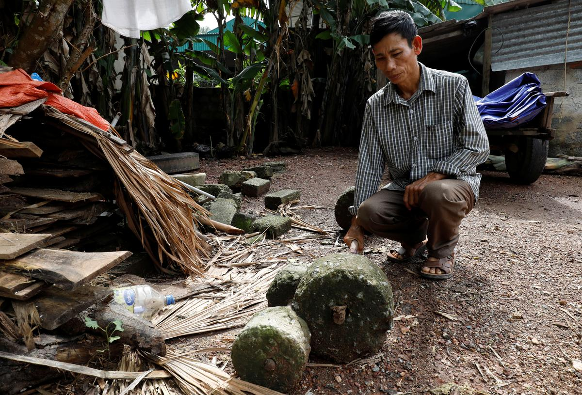 Nguyen Dinh Gia shows a barbell which was used by his son Nguyen Dinh Luong, a victim who was found dead in the back of British truck, at home in Ha Tinh Province, Vietnam October 27, 2019. Photo: Reuters
