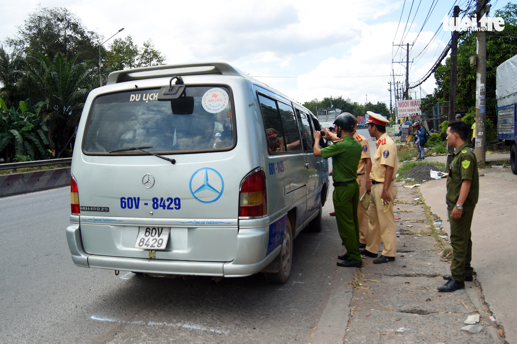 Officers examine the school van in Trang Bom District, Dong Nai Province on November 30, 2019. Photo: A Loc / Tuoi Tre