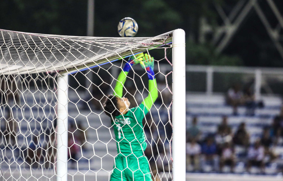 Vietnamese goalie Bui Tien Dung lets the ball slip to the bar, leading to his team conceding a goal in their match against Indonesia U22s in men's football at the 2019 Southeast Asian Games in the Philippines, December 1, 2019. Photo: Dong Minh / Tuoi Tre