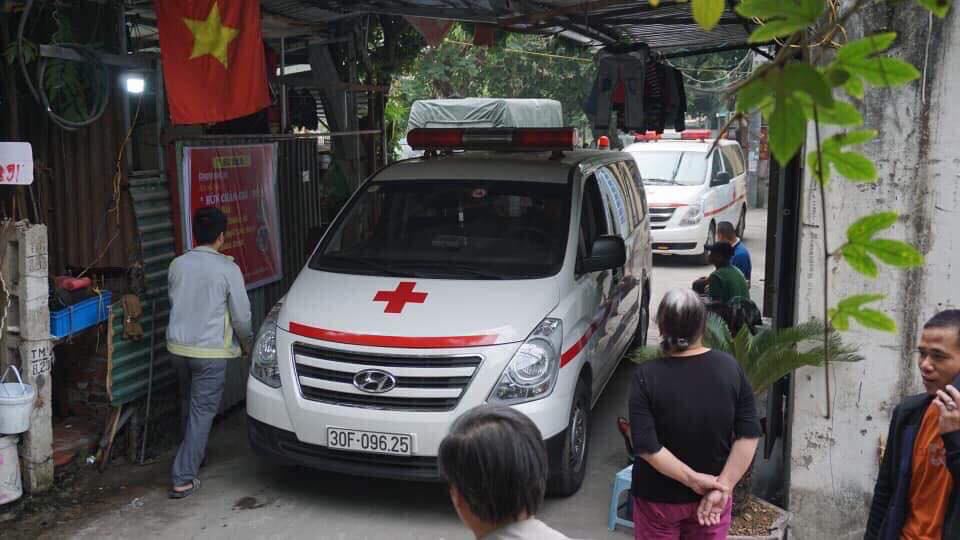 Ambulances arrive at a house in Hoang Mai District, Hanoi following a fire on December 1, 2019. Photo: Nguyen Dinh / Tuoi Tre