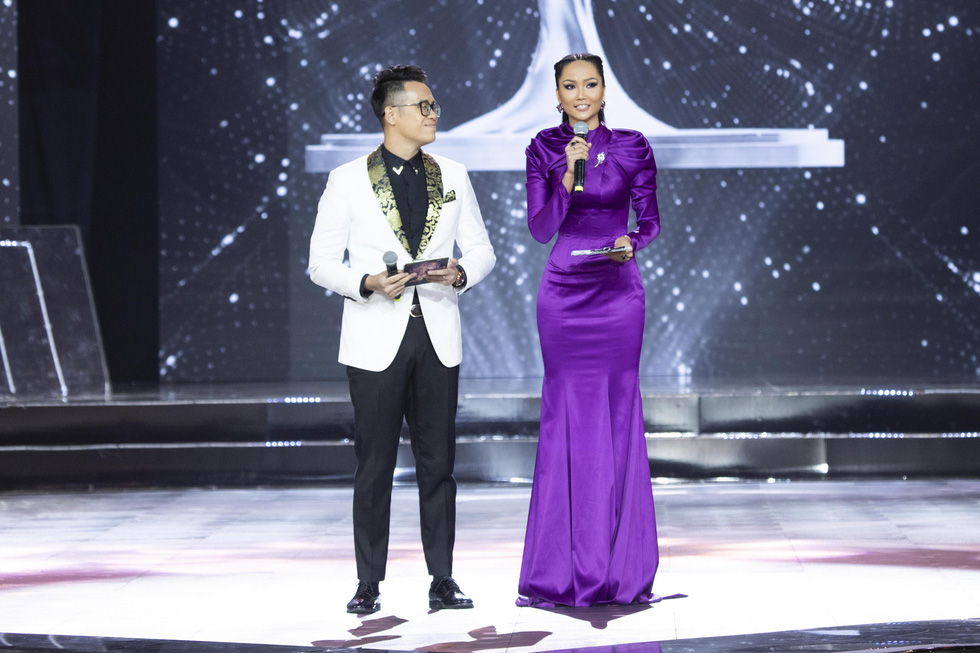 H'Hen Nie (L), Miss Universe Vietnam 2017, hosts the semi-final of the Miss Universe Vietnam 2019 in Nha Trang, the south-central province of Khanh Hoa, on December 3. Photo: Tuoi Tre