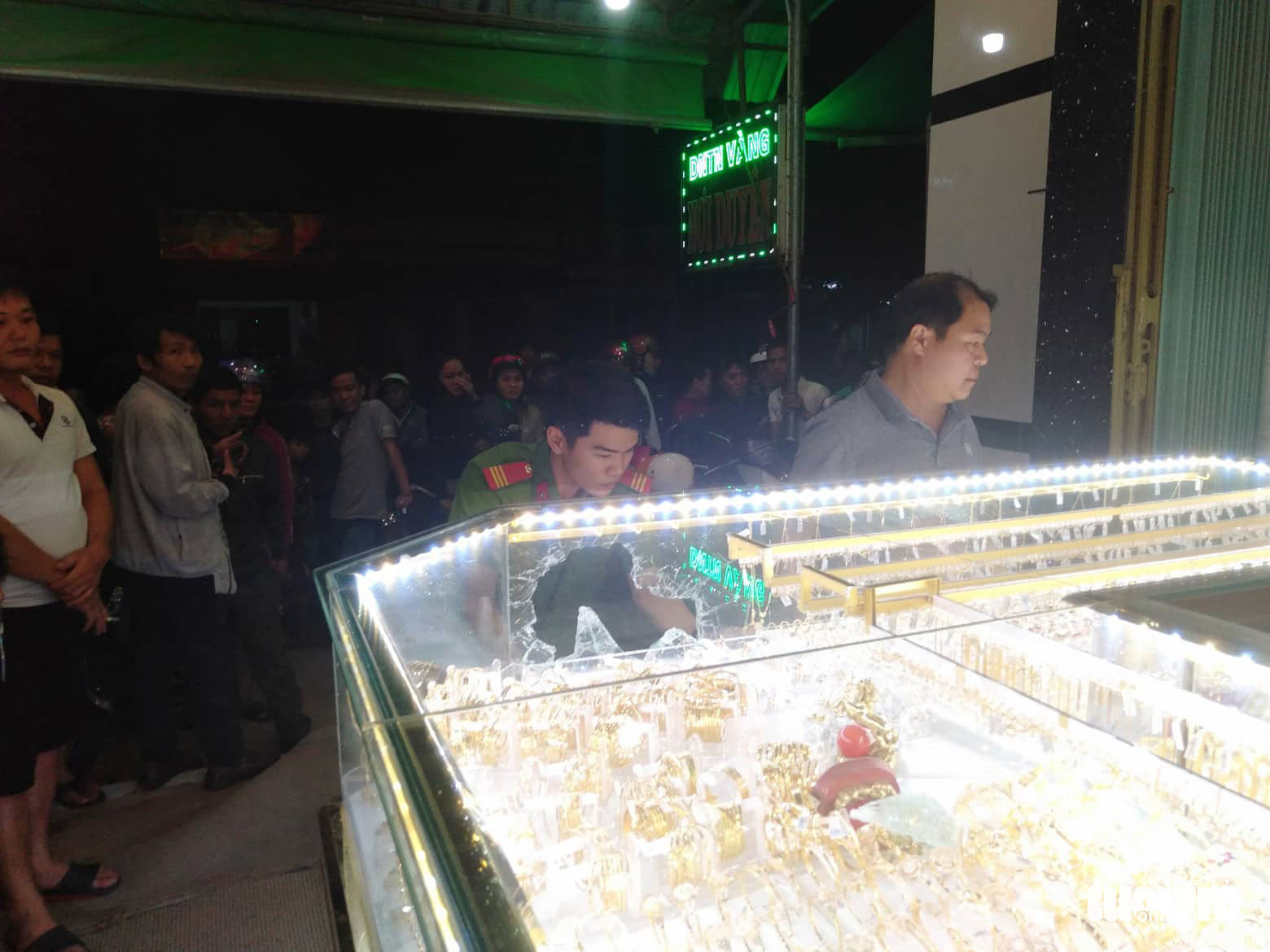Police officers investigate the scene of a robbery at a gold shop in central Quang Ngai Province on December 1, 2019. Photo: Tran Mai / Tuoi Tre