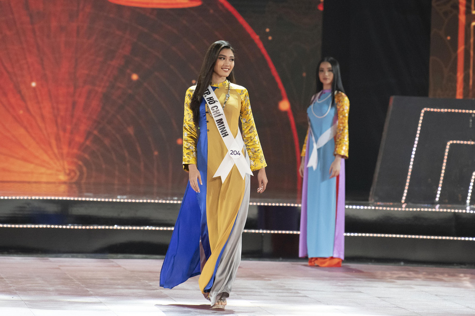 Contestants don 'ao dai' (Vietnamese traditional long gown) at the semi-final of the Miss Universe Vietnam 2019 in Nha Trang, the south-central province of Khanh Hoa, on December 3. Photo: Tuoi Tre