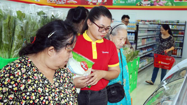 Consumers shop at a VinMart+ store Vo Thi Sau Street in Vung Tau City, the southern province of Ba Ria-Vung Tau. Photo: D. Khoi / Tuoi Tre