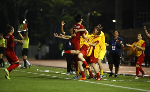 Vietnamese players celebrate after defeating the Philippines 2-0 in a semifinal of women's football at the 30th SEA Games in the Philippines on December 5, 2019. Photo: Tuoi Tre