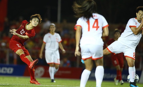 Vietnam's Pham Hai Yen (L) shoots at the goal in a women's football semifinal against the Philippines at the 30th SEA Games in the Philippines on December 5, 2019. Photo: Tuoi Tre