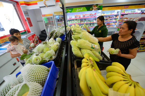 Consumers shop for fruits at a VinMart supermarket inside Vincom Center on Dong Khoi Street in District 1, Ho Chi Minh City. Photo: Quang Dinh / Tuoi Tre