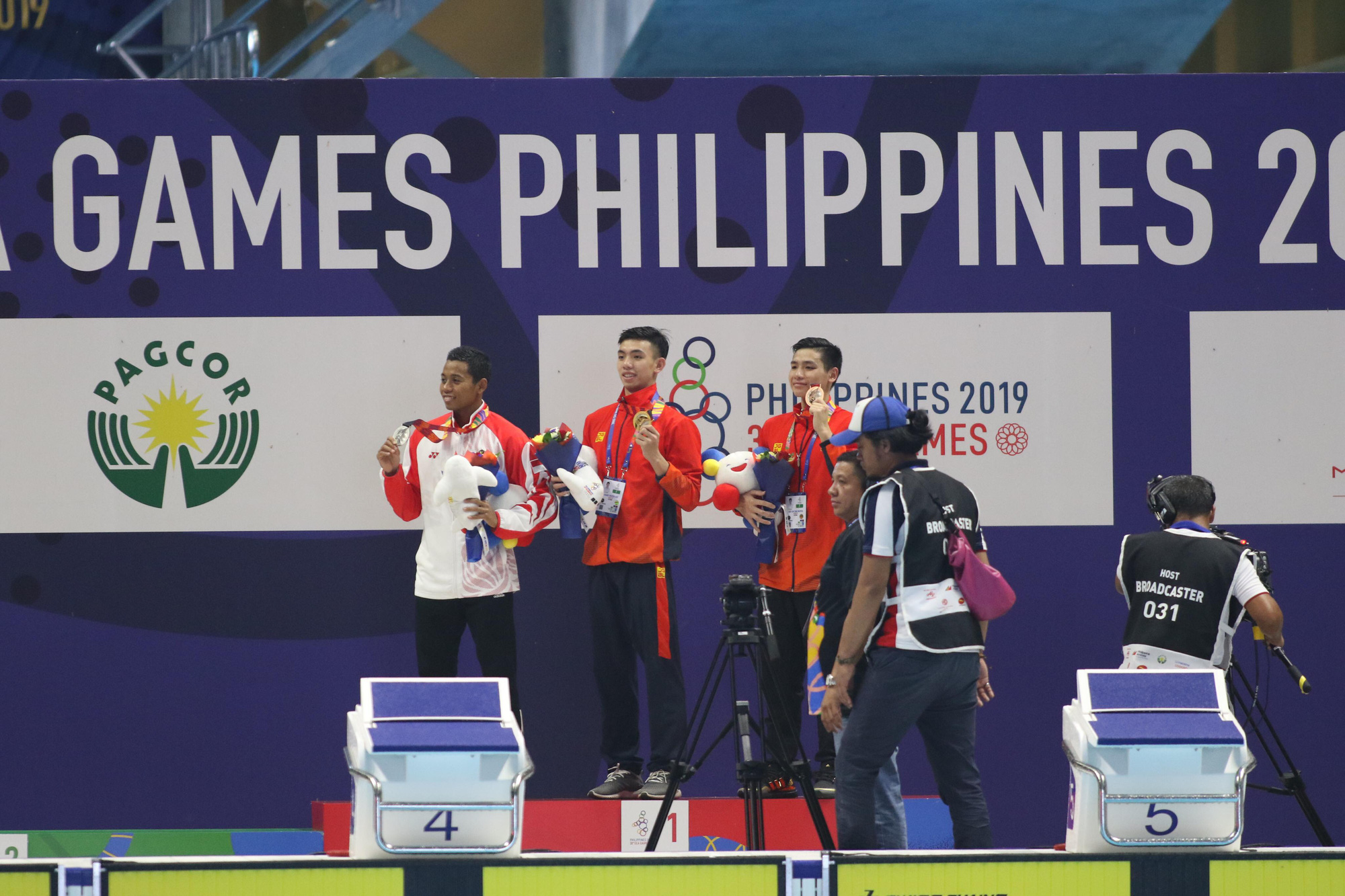 Vietnamese swimmer Nguyen Huy Hoang (C) receives the gold medal in the men's 1,500m freestyle event at the 30th SEA Games in New Clark City, the Philippines on December 5, 2019. Photo: Hoang Tuan / Tuoi Tre