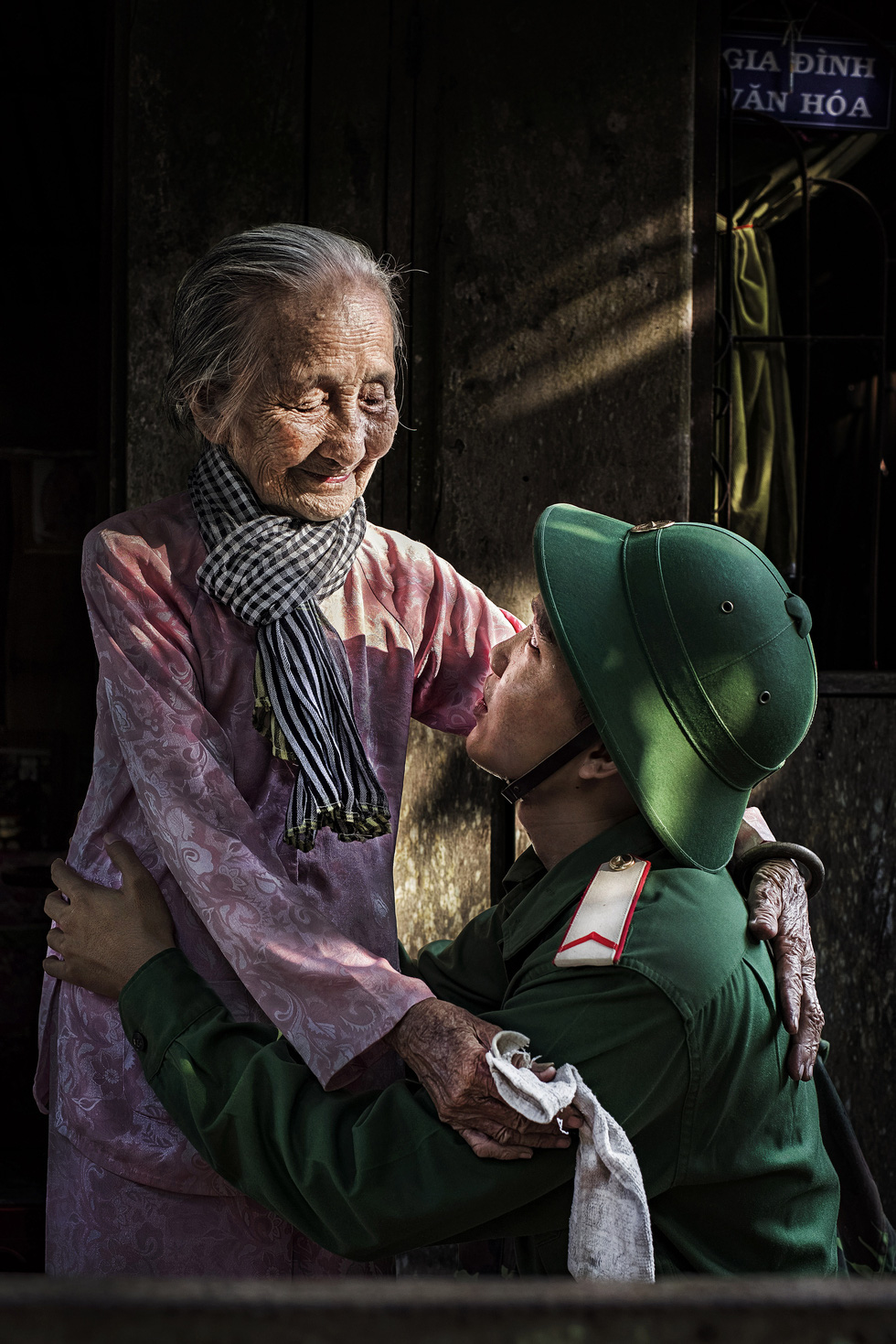 Photo 'Anh mat cua ngoai' (Grandmother's look) by Nguyen Van Luan