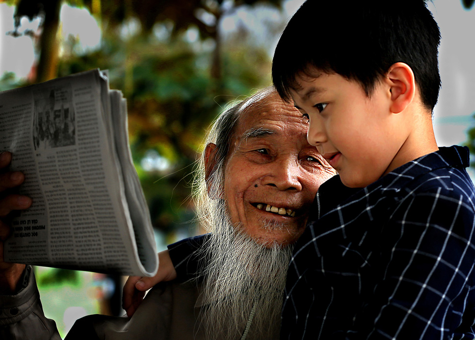 Photo 'Ong chau' (Grandfather and grandchild) by Nguyen Luong Sang